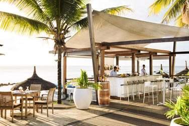 Le bar La Sirène, ouvert sur l'extérieur est le lieu idéal pour boire un verre face à la mer