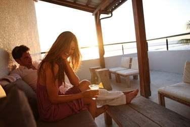 Un lieu intimiste pour siroter un cocktail en amoureux au moment du coucher du soleil