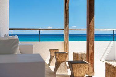 Au-dessus du restaurant principal, un espace détente vous permettra de profiter d'une vue imprenable sur la mer