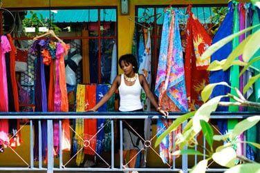 Le marché coloré pour acheter souvenirs et produits locaux
