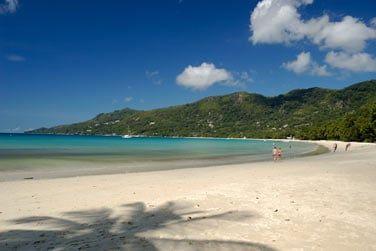 A quelques pas, la plage de Beau Vallon, l'une des plus belles de l'île