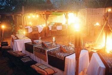 Le décor du restaurant Le Boma pour le dîner... Une atmosphère Safari-Chic à la lueur des flambeaux