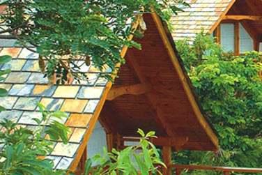 Tous les bungalows sont construits sur pilotis et disséminés au coeur de la végétation tropicale