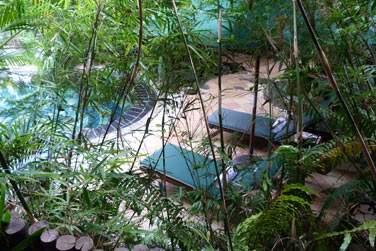 Le Spa Body Harmonie possède des espaces de relaxation, au bord de la piscine...