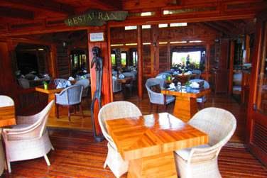Le restaurant Les Baies Roses pour un déjeuner dans un décor boisé