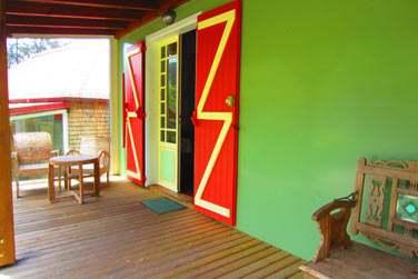 La terrasse aménagée de tables et chaises juste devant chaque bungalow