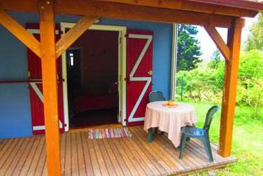 Les bungalows s'ouvrent sur une petite terrasse extérieure en bois