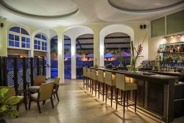 Rendez-vous au bar, au décor moderne et raffiné, pour un apéritif ou un dernier verre après le dîner