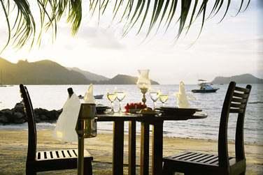 Rendez-vous sur la plage pour un dîner romantique en tête à tête...
