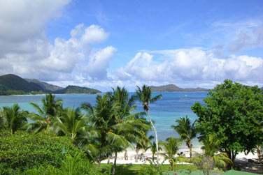 l'hôtel fait face aux îles Curieuse et Saint-Pierre...