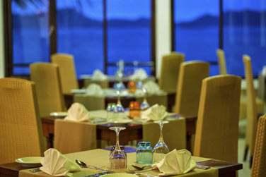 Le soir venu, vous pourrez également choisir de dîner dans la salle de restaurant avec vue panoramique