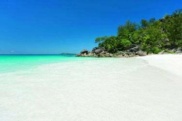 Il dispose de 3 plages de sable blanc.