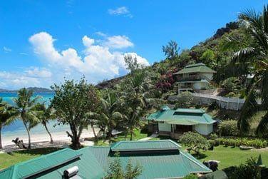 Certaines chambres sont situées sur les hauteurs de la colline offrant une vue plongeante sur l'hôtel et la mer