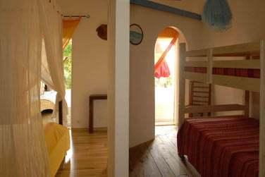 La chambre avec coin enfants (lits superposés) dans la Villa Kanouan