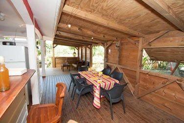 Vous apprécierez de déjeuner en plein air sur votre terrasse ouverte sur les jardins