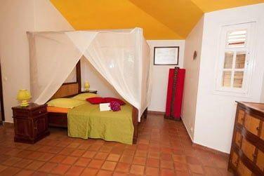 La chambre spacieuse de la villa Ka'Mango