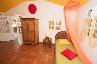 La Villa Ka'Mango peut accueillir 3 personnes avec le lit supplémentaire dans la chambre