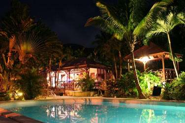 Repos et calme au bord de la piscine à la tombée de la nuit