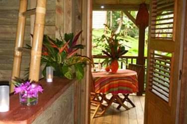 Profitez de la terrasse de la villa Ti Kaz Bwa pour prendre vos repas et vous relaxer