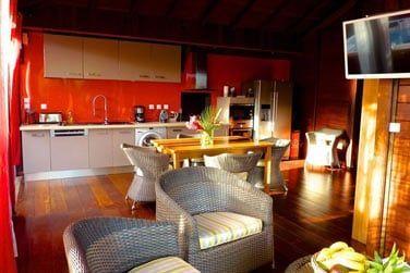 Villa Terdeba : vue sur le coin salon/cuisine ouvert sur l'extérieur