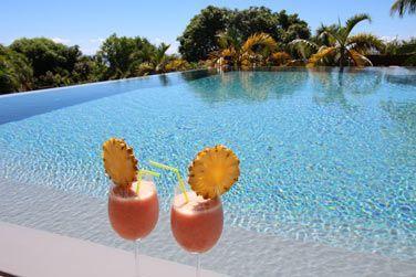 Sirotez un bon coktail de fruits frais au bord de la piscine