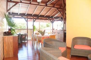Villa Désirable : le salon et la cuisine