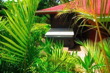 Villa Désirable : Sa terrasse avec son grand spa et bain de soleil