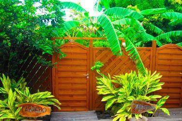 Vous apprécierez le superbe jardin qui abrite de nombreux fruits et fleurs à découvrir...