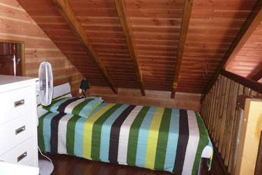 Villa lagalante : le coin chambre en mezzanine avec ses deux petits lits