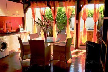 Villa Terdeho : le salon et la cuisine équipée