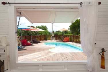Depuis la piscine principale, la vue surplombe l'île de Marie-Galante