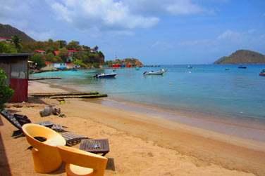 Avec un petit espace détente lounge sur le petit bout de plage