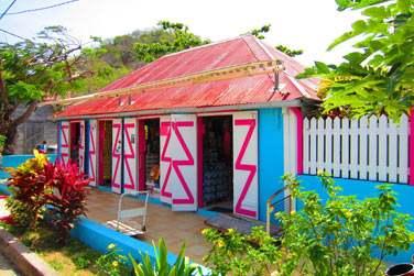 et ses façades de maisons colorées