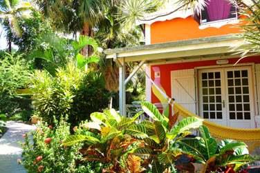 Pour commencer , bienvenue au Caraib Bay hôtel au Nord de la Basse Terre : Vous serez logé dans un des duplex complètement intégré dans la végétation