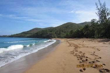 Cette plage de sable doré est très sauvage mais superbe