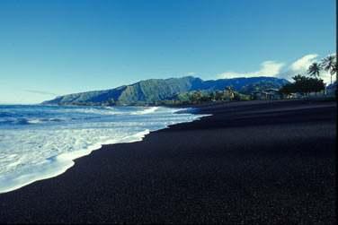 ses mystérieuses plages de sable noir...