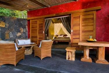 La terrasse de votre chambre Supérieure 'Lakaz Tropical' pour profiter des jardins
