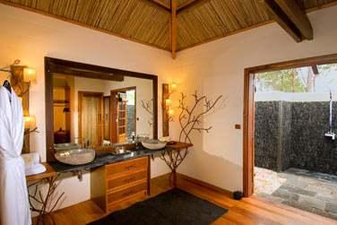 la salle de bain de la Suite vue mer Piton Canot avec piscine privée