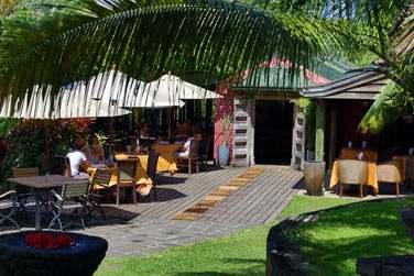 La terrasse du restaurant située à  l'ombre de la végétation tropicale