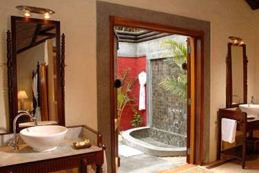 Salle de bain de la suite Créole et sa douche à ciel ouvert !