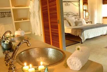 La salle de bain de la 'Suite Paul & Virginie'... à la décoration très romantique