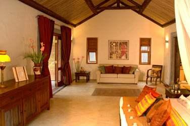 Le spacieux salon de la Suite Kithnou... Tout en charme et raffinement