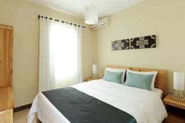 Une petite touche de déco moderne, mobilier de bois, couleurs claires et lumineuses...