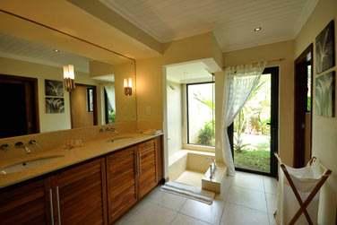 La salle de bain de la Villa 1 chambre est spacieuse et possède une baignoire creusée dans la pierre...