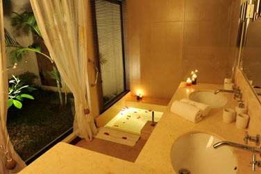 Une atmosphère tamisée pour un bain aux pétales de rose... (Villa 2 chambres)