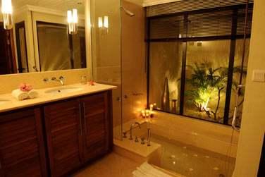 Une baignoire creusée dans la pierre pour une pause bien-être et relaxante (Villa 2 chambres)