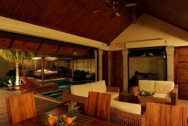La terrasse des Villas 2 chambres est immense : coin salon, lit extérieur, transats, ...