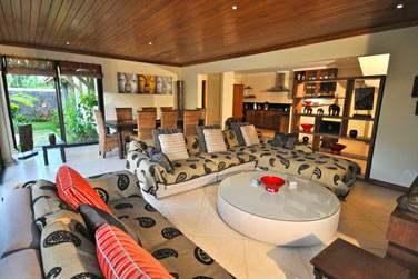 Les Villas 3 chambres sont également très spacieuses et possèdent un grand salon / salle de séjour ouvert sur le jardin