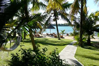 Traversez le jardin tropical et accédez au front de mer où la vue est splendide