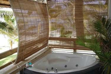 Les Suites possèdent un bain à remous sur leur spacieuse terrasse